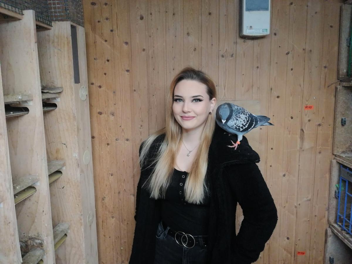 Tamara-Wollitzer-mit-ihrer-Lieblingstaube